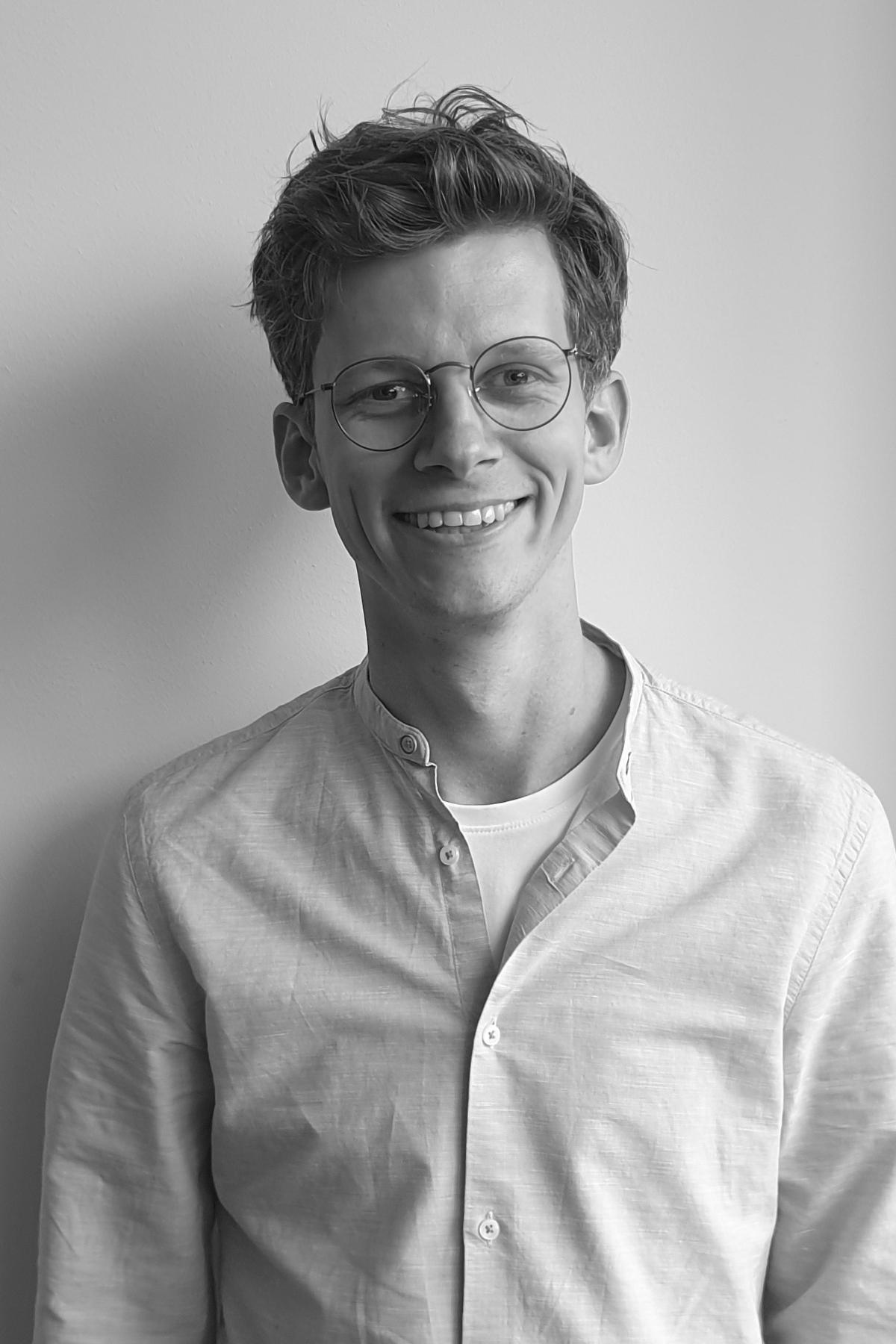 man met bril zwart wit foto