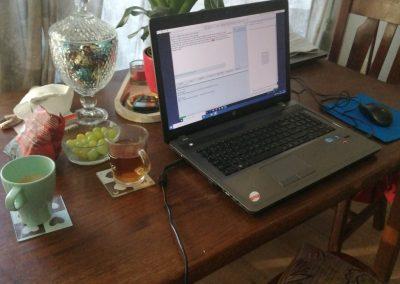 laptop aan de keukentafel